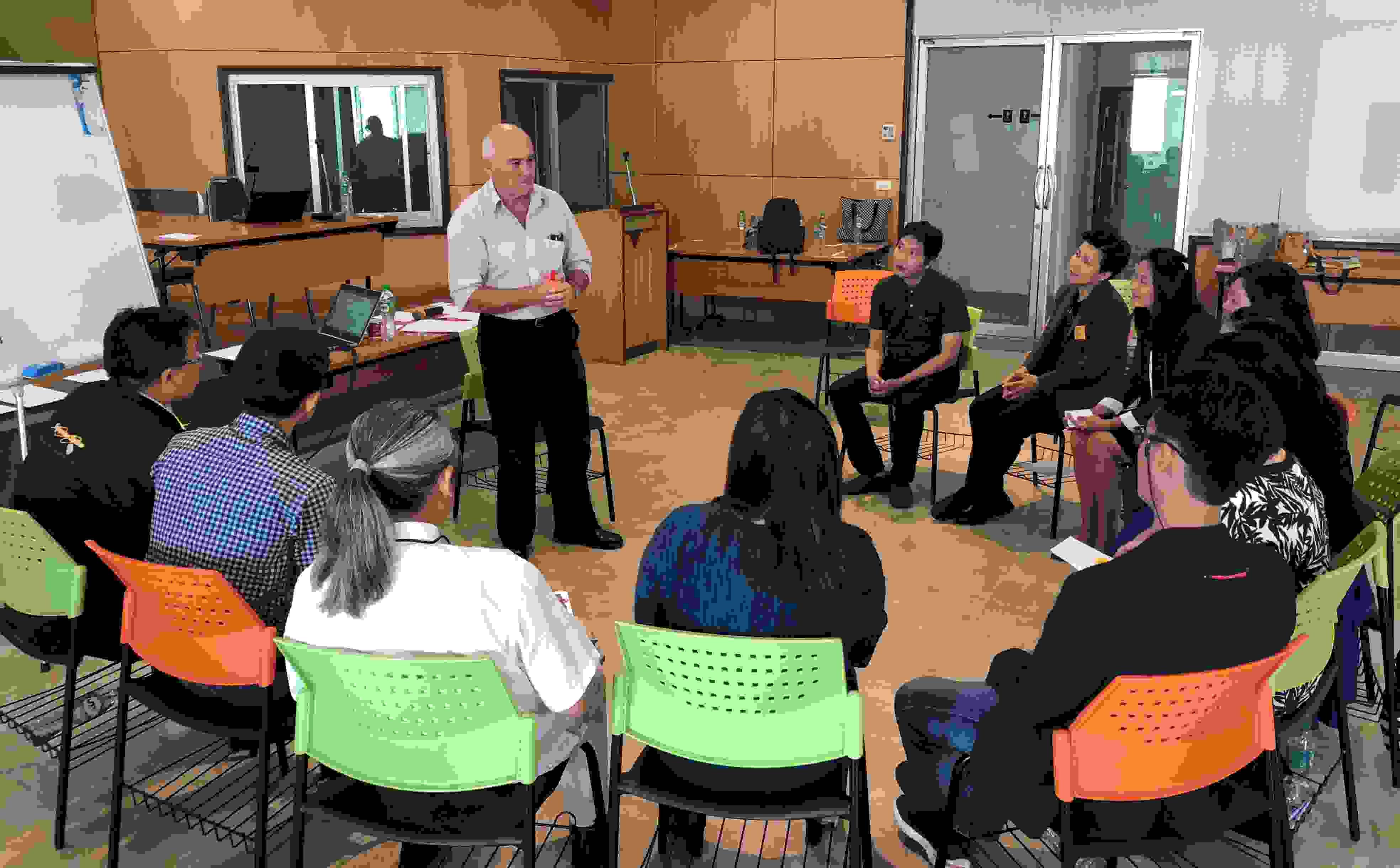 Wintec senior academic Bill Charleston training teachers on using English as a medium of instruction (EMI) at Raja Mangala University of Technology Krungthep, Thailand.